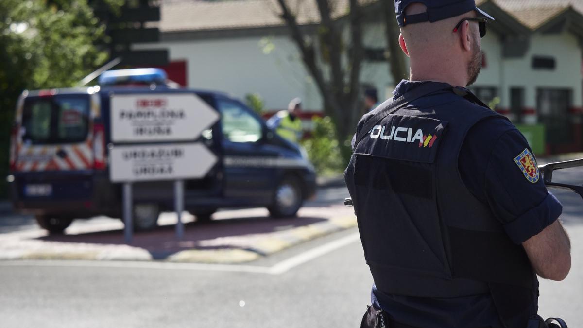 Un policía nacional en un control en la frontera navarro-francesa en el día 32 del estado de alarma, destinado a asegurar que solo se realizan los desplazamientos imprescindibles.