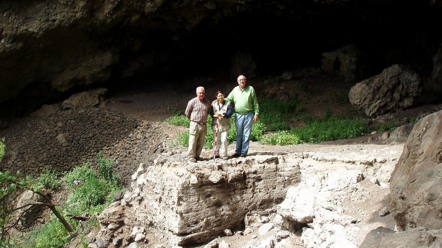 Jorge Pais con dos investigadores en el yacimiento de Belmaco.