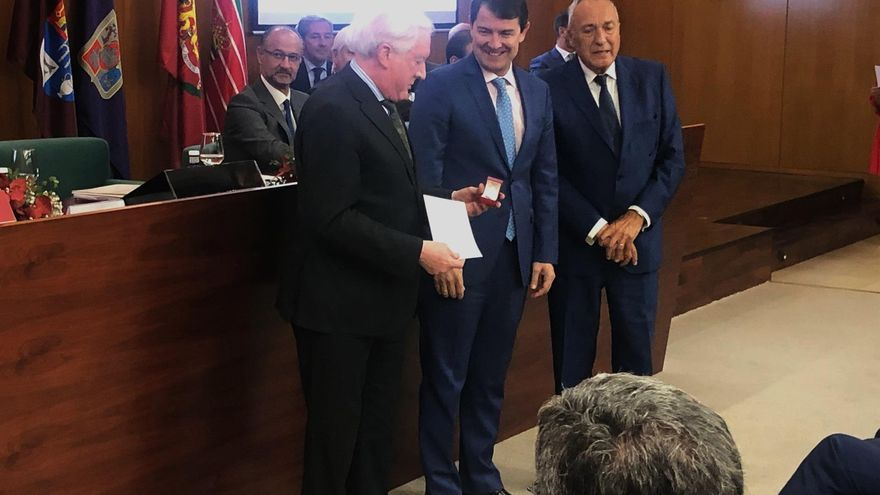 Antonio Méndez Pozo junto al presidente de Castilla y León, Alfonso Fernández Mañueco, y al fondo el presidente de las Cortes, Luis Fuentes.