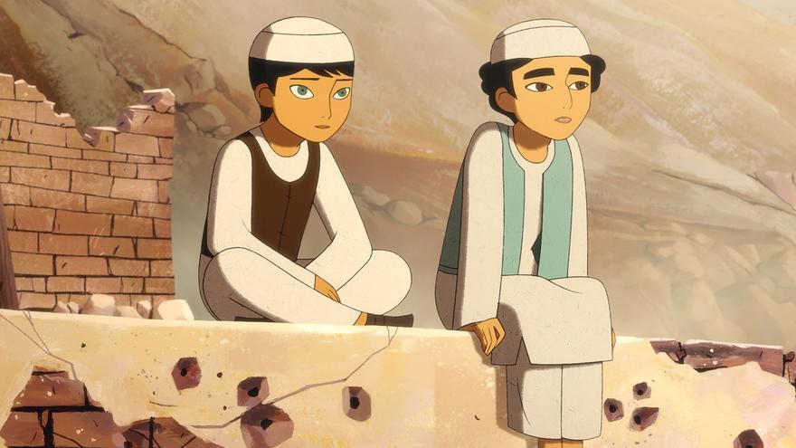 Parvana y su amiga Shauzia se hacen pasar por chicos para conseguir un trabajo