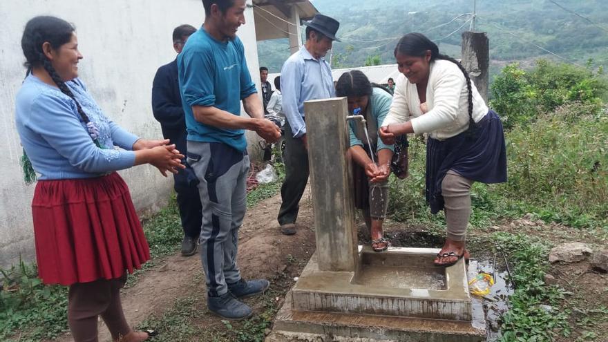 Habitantes de San José (Bolivia) junto a una fuente que han construido.
