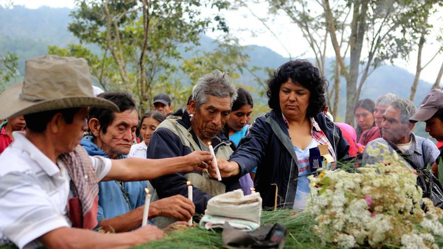 Berta, junto a miembros del COPINH, en un homenaje a los compañeros asesinados / © Goldman Environmental Prize