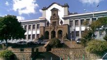 Fachada del edificio del campus central de la Universidad de La Laguna.