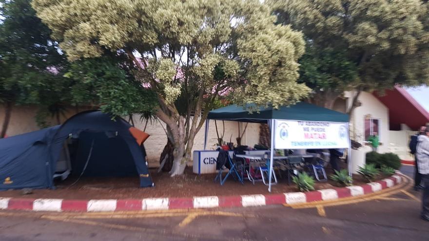 Acampada de protesta de funcionarios de prisiones en el recinto carcelario de El Rosario, este lunes en Tenerife