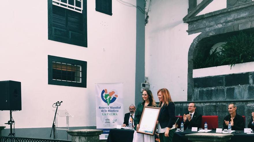 La consejera de Política Territorial de Gobierno de Canarias, Nieves Lady Barreto, entregó a Paloma Suárez el título de 'Embajadora de Buena Voluntad' de la Reserva Mundial de la Biosfera La Palma.