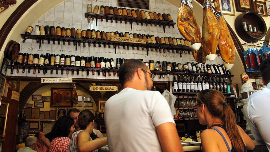 """Colección de botellas de brandy """"de todo el mundo"""". / JUAN MIGUEL BAQUERO"""