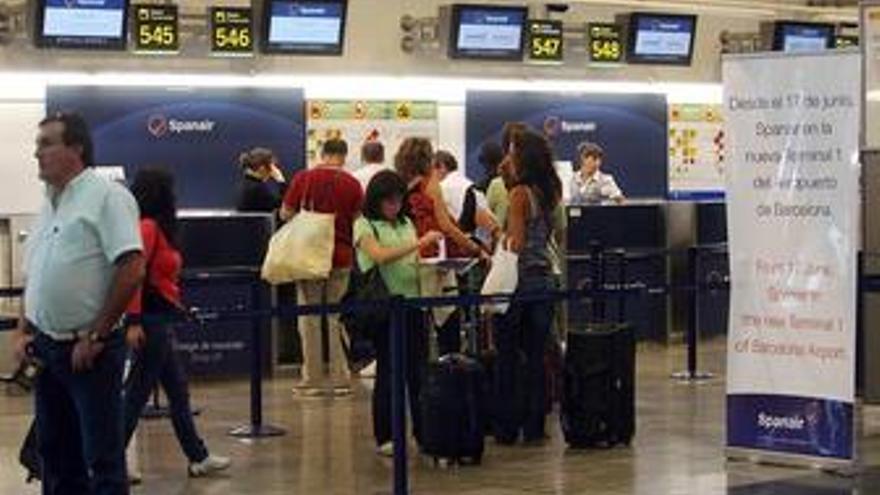 Gente esperando para coger un avion en el aeropuerto