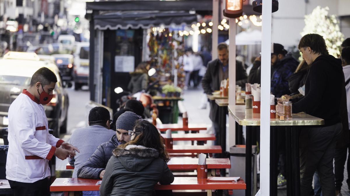 Los bares y restaurantes podrán ampliar la capacidad del aforo en los espacios interiores, que pasa del 30 al 50%, y la cantidad de comensales por mesas será de 6 personas, en mesas interiores, y de 8 en mesas al aire libre.