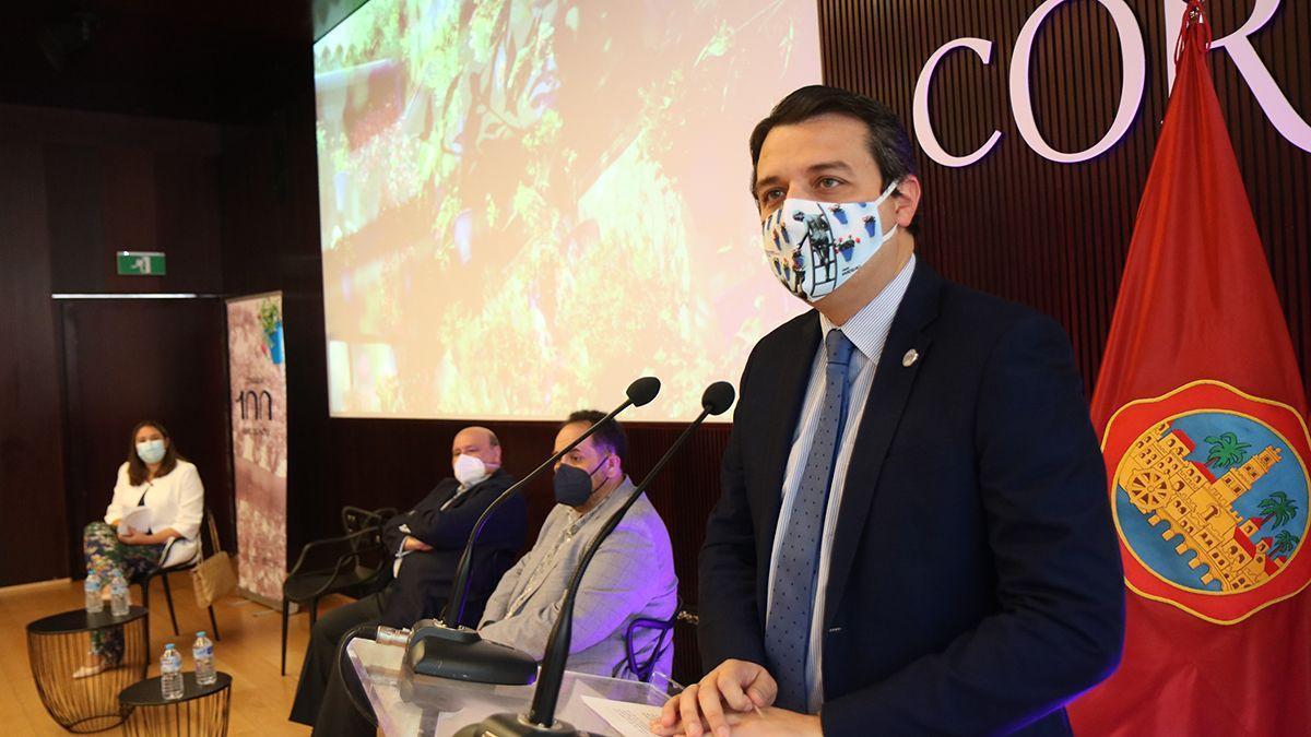 El alcalde, José María Bellido, inaugura unas jornadas técnicas sobre los 100 años de la Fiesta de los Patios.