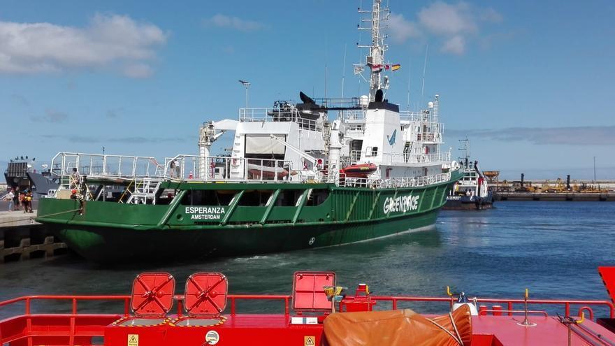 Vista de la embarcación de Greenpeace, amarrada en la dársena de Los Llanos, en la capital tinerfeña