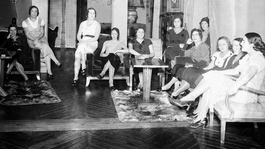 Una reunión de señoras en el Lyceum Club Femenino