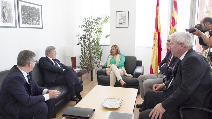 La consejera de Educación de Aragón, Mayte Pérez, con el ministro Méndez de Vigo.