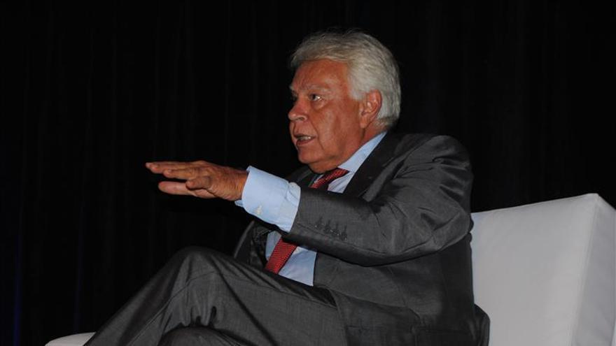 Felipe González arropa a Sánchez en la cumbre de líderes socialdemócratas