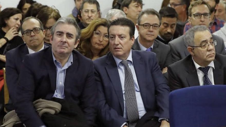Los liquidadores de RTVV, en primer plano y el presidente de la CVMC, Enrique Soriano, en la segunda fila a la izquierda, en la Audiencia Nacional.