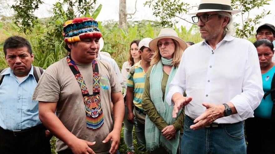 Líderes indígenas canadienses visitan una zona contaminada por la petrolera Chevron en la amazonia ecuatoriana