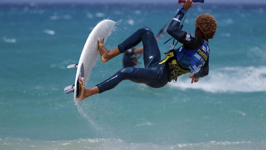 El caboverdiano Matchu Lopez maniobra durante el Campeonato de Windsurfing y Kiteboarding de Fuerteventura 2016 acoge desde este lunes la segunda parada del 'Tour Internacional Kitesurfing Straplees Pro', que llega a la isla por primera vez y después de su paso el pasado mes de julio en Tarifa. EFE/Carlos De Sáa