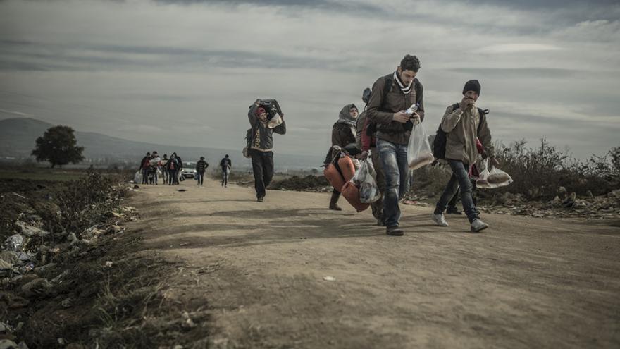 Un grupo de personas refugiadas cruzando la frontera entre Serbia y Croacia cerca de la ciudad de Presevo | Imagen: Pablo Tosco - Oxfam Intermón