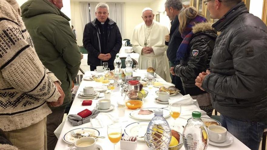 El Papa invitó a desayunar a mendigos que le felicitaron por su cumpleaños