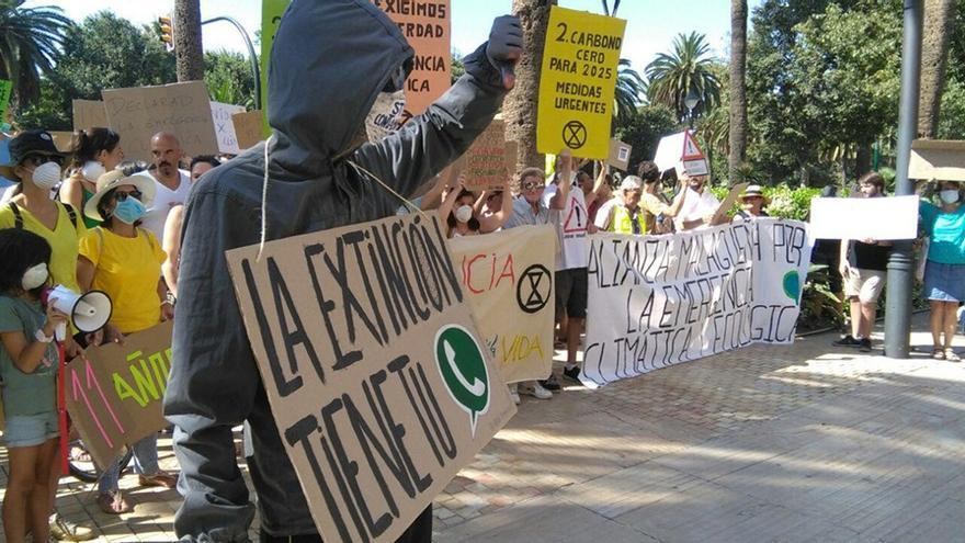 Manifestación por la declaración del estado de emergencia climática ante el ayuntamiento de Málaga