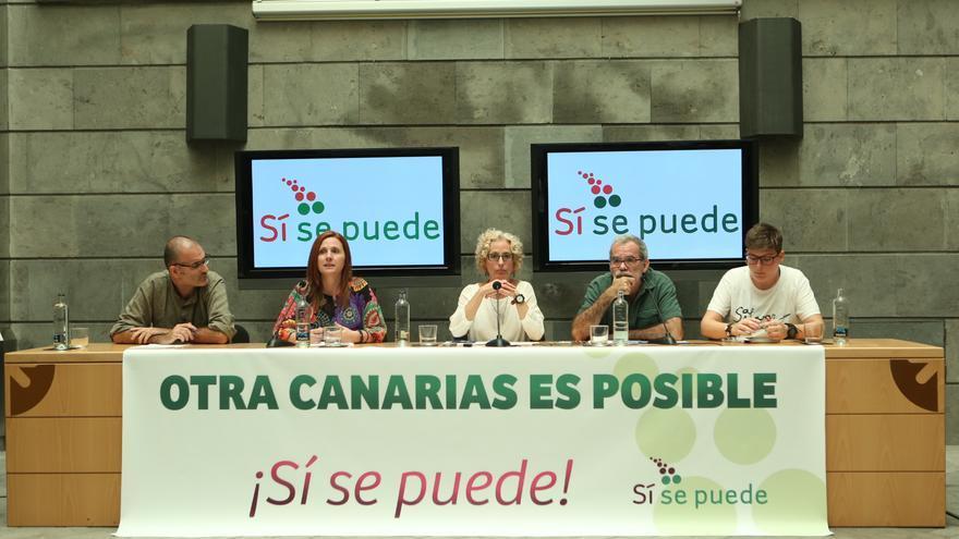 Presentación de Sí se Puede en Gran Canaria. La consejera de Igualdad del Cabildo de Gran Canaria, María Nebot (c); el activista ambiental José de León (2d) -ambos de Podemos-; la activista social Cleia Montesdeoca (d), y los representantes de Sí se puede Rubén Martínez (i), consejero del Cabildo de La Gomera, y Asun Frías (2i), concejal de Santa Cruz de Tenerife, presentaron este partido en Gran Canaria. EFE/Elvira Urquijo A.