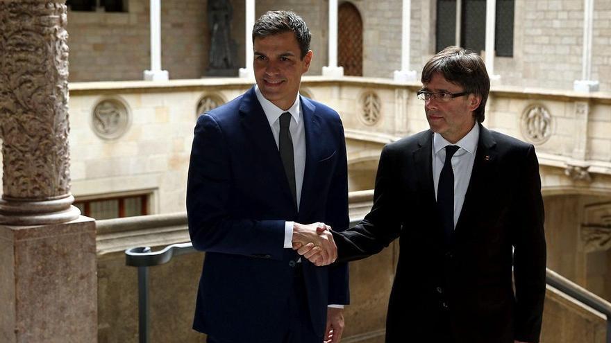 Pedro Sánchez (i) y Carles Puigdemont (d) en la Generalitat