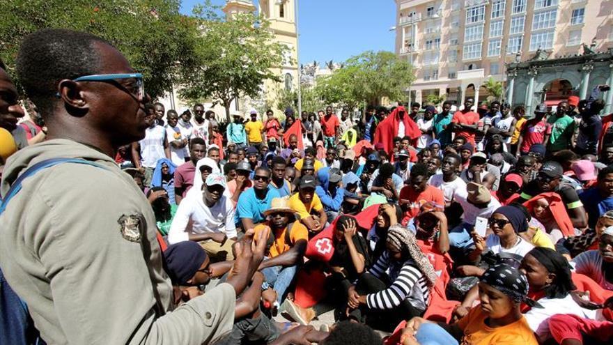 Más de 200 inmigrantes acampan ante Gobierno para pedir salir de Ceuta