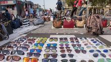 Barcelona destinará un centenar de policías a impedir el 'top manta' durante todo el verano