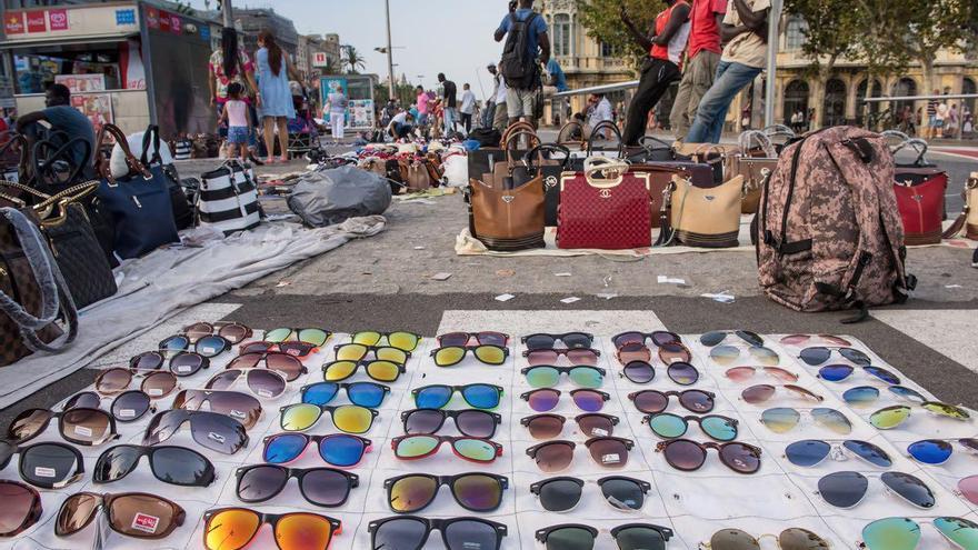 Con la crisis el 'Top Manta' es una de las principales actividades de la comunidad senegalesa / SANDRA LÁZARO