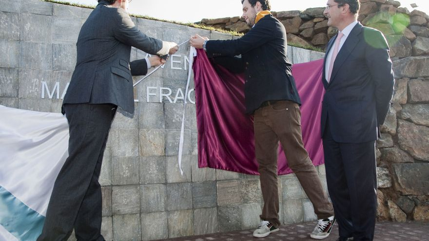 Feijóo, inaugurando la calle dedicada a Fraga en presencia del entonces alcalde del PP