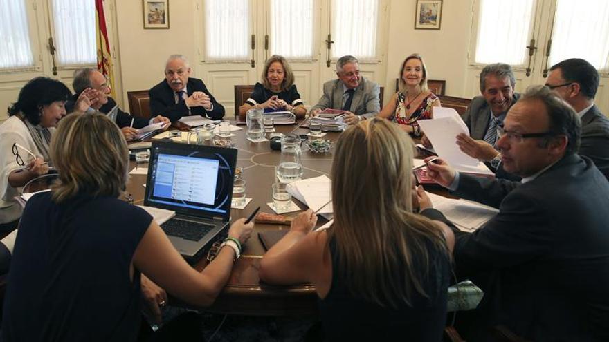 La fiscal general del Estado, Consuelo Madrigal (c), preside una reunión del Consejo Fiscal en la que se procederá a la provisión de once plazas vacantes. (EFE/Ballesteros)