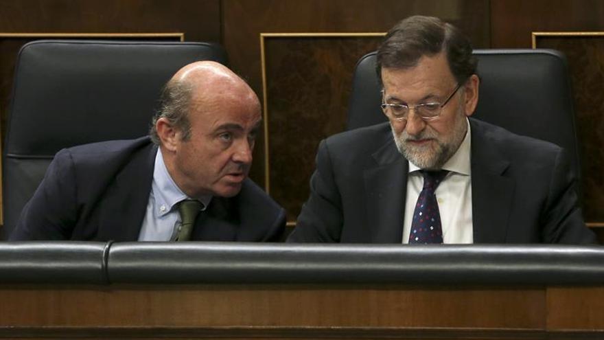 Rajoy premia a De Guindos, que gestionará Economía e Industria