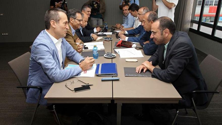 Las comisiones negociadoras del PSC-PSOE y de Coalición Canaria durante la reunión mantenida hoy en Las Palmas de Gran Canaria, para intentar cerrar un acuerdo para la gobernabilidad de la comunidad autónoma. EFE/Elvira Urquijo A.