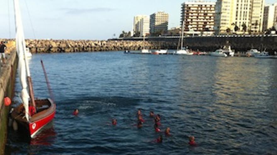 Los tripulantes del Portuarios celebran el triunfo en su llegada al Muelle Deportivo. (federacionvelalatinadebotes.org)