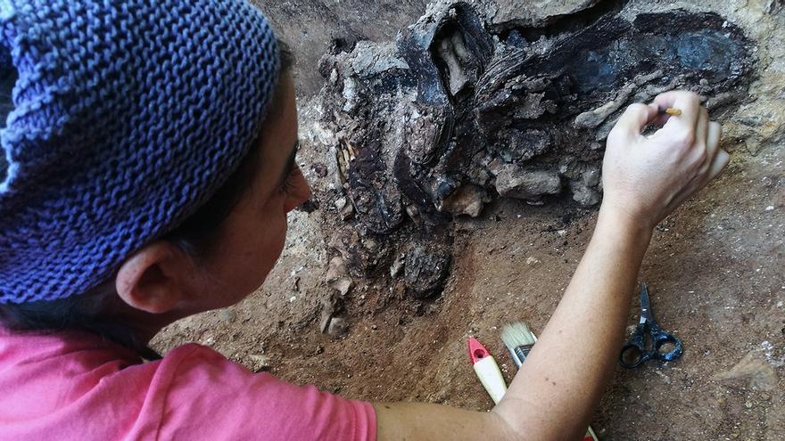 Trabajos arqueológicos en la fosa del Monumento, en Sevilla.
