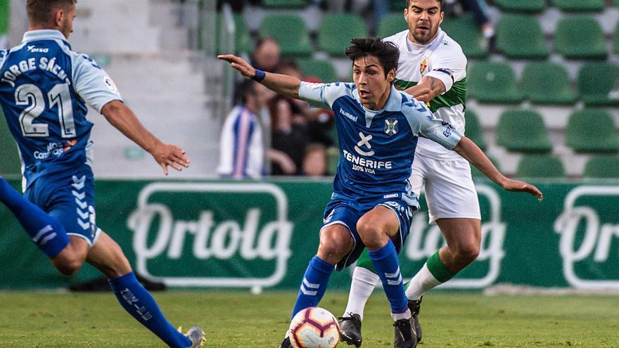 Jorge despeja un balón ante la mirada de Borja Lasso
