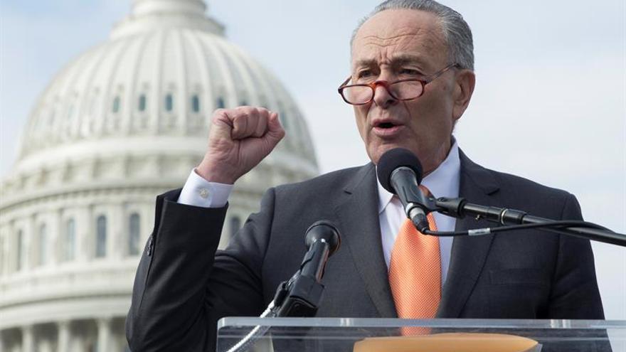 Líder demócrata pide a Trump que siga los pasos de May en cuanto a Rusia