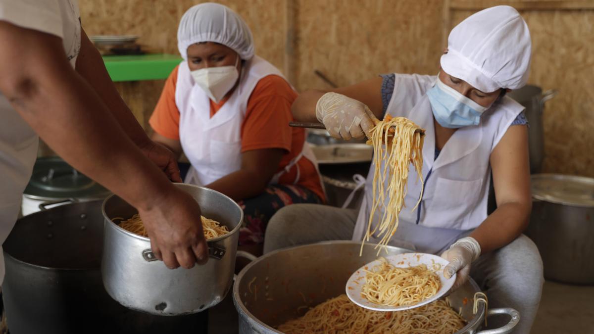 Unas mujeres preparan alimentos en el populoso distrito de Villa María del Triunfo, en Lima (Perú), el pasado febrero.