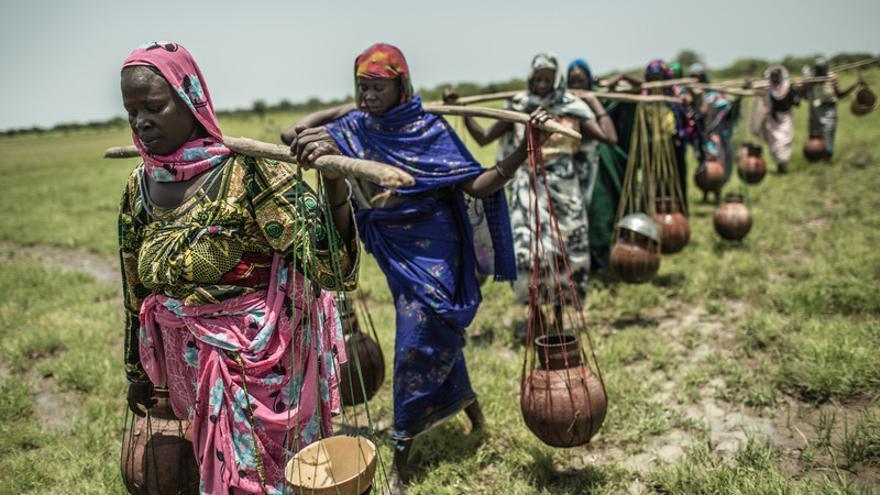 Sauda Hamid, transportando cántaros de cerámica con agua junto a un grupo de mujeres, vive en Am-Ourouk, un pueblo a 50 kilómetros de Mangalmé, en la región de Guera (Chad) / FOTO:Pablo Tosco - Oxfam Intermón