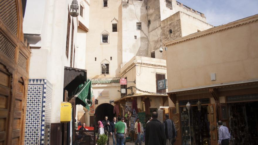 Entrada de la biblioteca en la plaza es-Seffarin de Fez