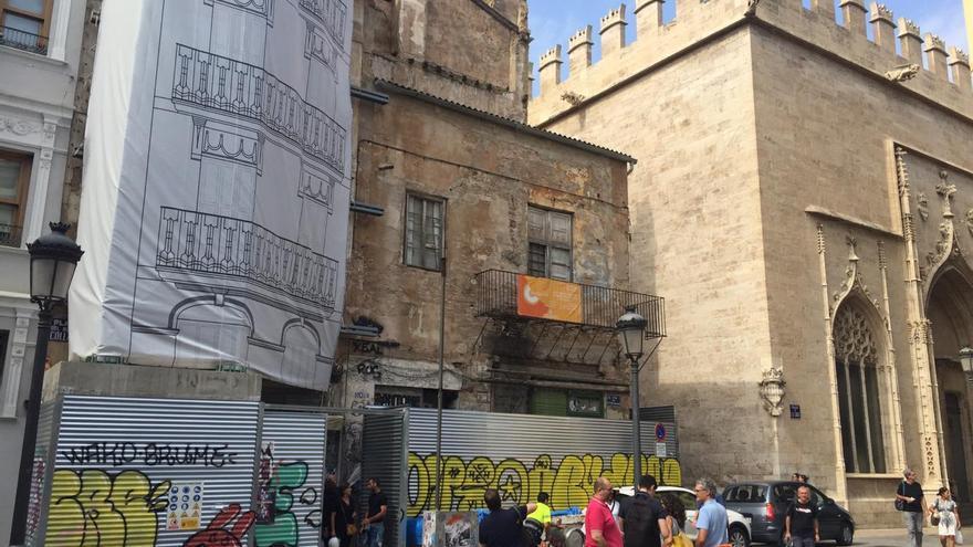 Los edificios de la plaza Doctor Collado que están en proceso de rehabilitación junto a la Lonja