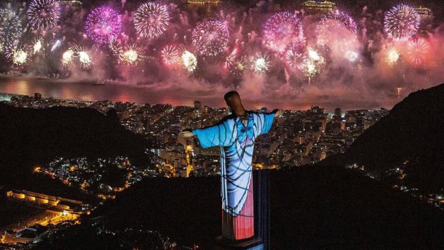 Foto facilitada del Cristo Redentor ante un espectáculo de fuegos artificiales antes de la llegada del nuevo año, este martes, en la playa de Copacabana Rio de Janeiro, Brasil.