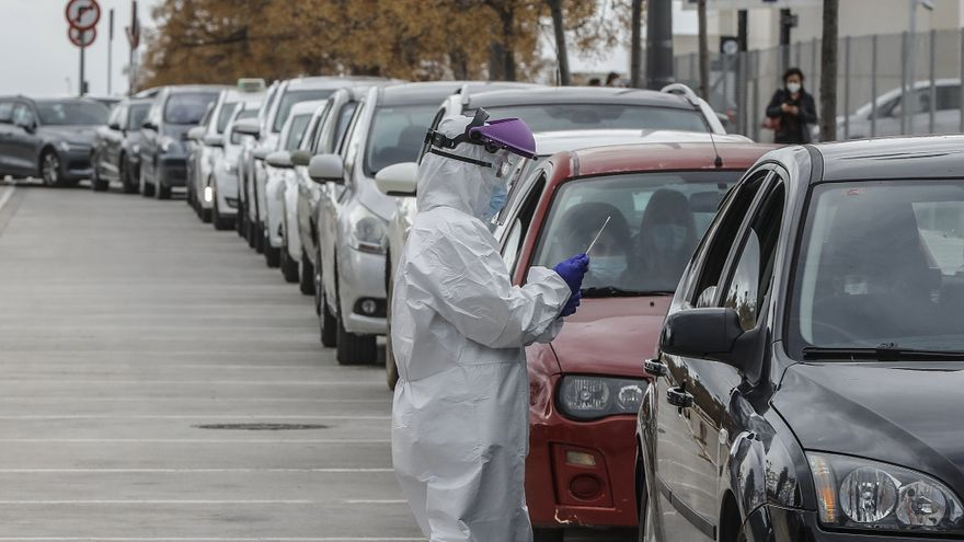 Un sanitario realiza una prueba PCR sin que el paciente salga del coche.