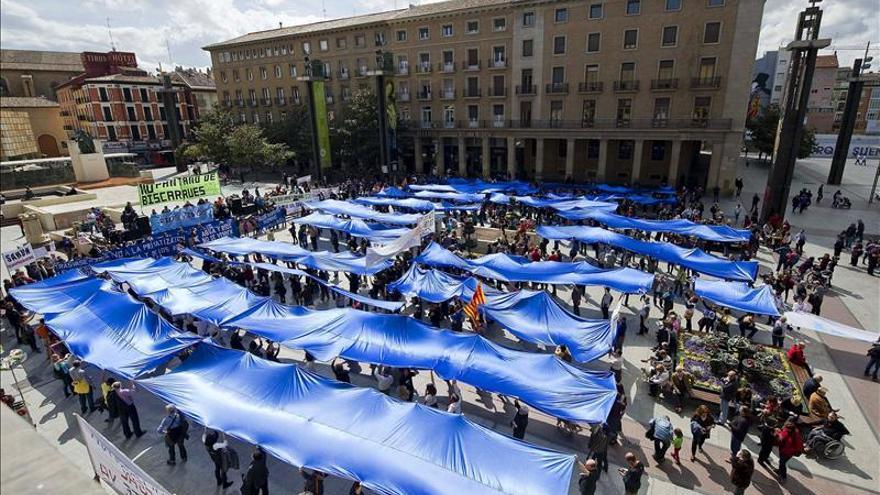 """Una """"marea azul"""" llena el centro de Zaragoza contra la privatización del agua"""