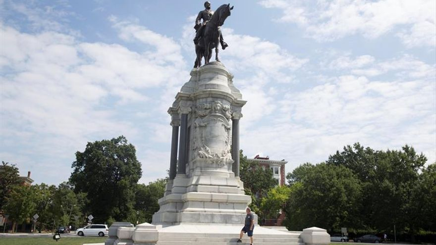 A man pauses in front of a monument honoring General Robert E. Lee, who commanded the Confederate Army of Northern Virginia, on Monument Avenue in Richmond, Virginia, USA, 24 August 2017.