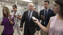 John McCain responde a preguntas de periodistas antes de una sesión del Senado.