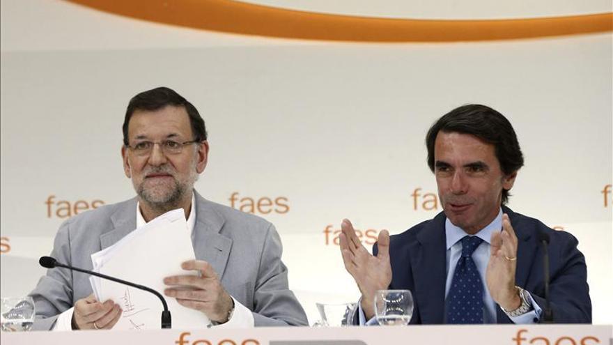 Rajoy y Aznar en uno de los cursos de verano que organiza FAES.