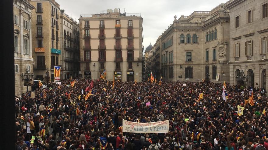 Unas 8.000 personas, según Guardia Urbana, se concentran en plaza Sant Jaume y proximidades por la huelga