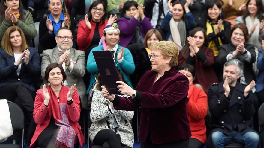 Bachelet promulga la ley que despenaliza el aborto en tres casos en Chile