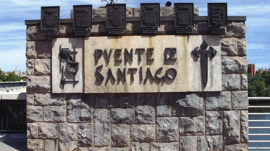 A la izquierda el escudo de Navarra con simbología franquista que será retirado.