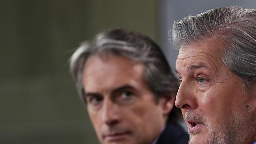 El ministro de Fomento, Íñigo de la Serna, observa al ministro portavoz, Íñigo Méndez de Vigo
